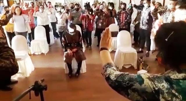 Bukan Dibaptis, Humas Pemkot Surabaya Sebut Risma Hanya Didoakan Para Rohaniawan
