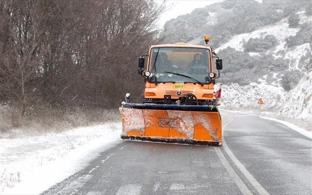 Εκχιονιστικό άνοιξε το δρόμο στην Πελεή Αργολίδας που είχε κλείσει από τα χιόνια