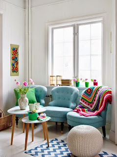 manta no sofá estilo retrô