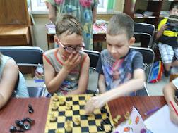 Мальчики играют в шашки школьный лагерь Усмішка НВК № 59 читальный зал бібліотека-філія №4 М.Дніпро