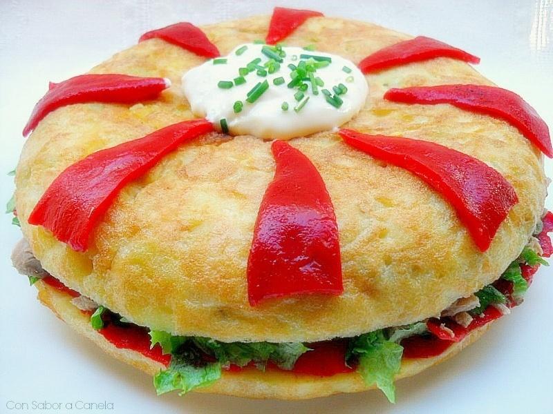 Tortilla de patatas rellena de atún y piquillos 1