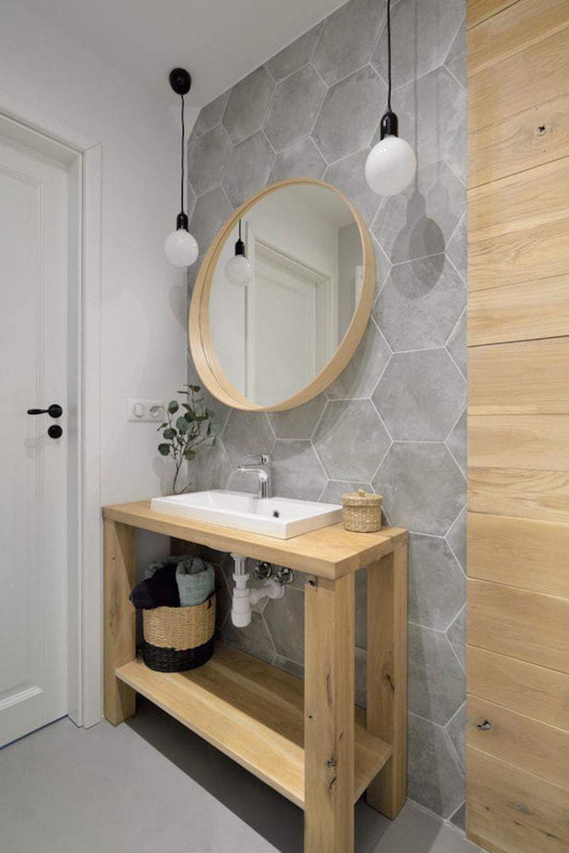 Baño con mueble de madera y cerámica
