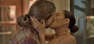 Davi (Vladimir Brichta) e Vitória (Taís Araujo) se beijam em cena do folhetim de Manuela Dias