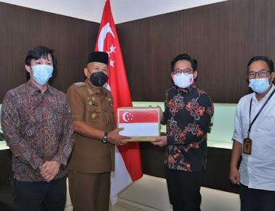 Singapura Serahkan 500 Ribu Masker dan 60 Ribu Handsanitizer Ke Pemko Batam
