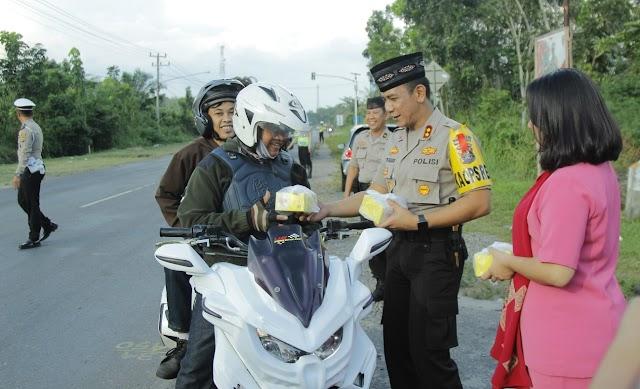 Bagikan Takjil Gratis, Jajaran Polres Prabumulih Turun Kejalan