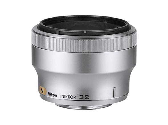 Fotografia dell'obiettivo 1 Nikkor 32mm f/1.2 nella colorazione argento