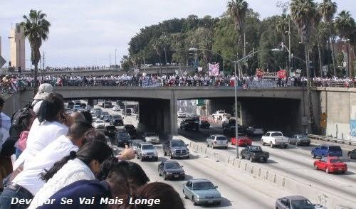 Esta manifestação ao não parar o trafego tem mais visibilidade pela quantidade de veículos em transito.