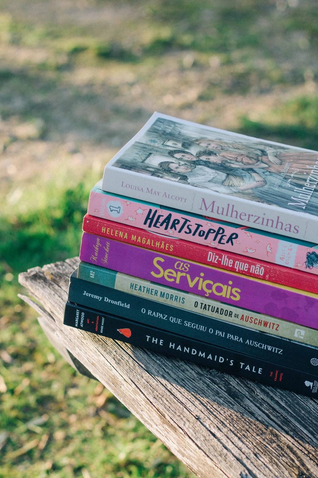"""""""Mulherzinhas"""" de Louisa May Alcott, """"Heartstopper"""" by Alice Oseman, """"Diz-lhe que Não"""" de Helena Magalhães, """"As Serviçais"""" de Kathryn Stockett, """"O Tatuador de Auschwitz"""" de Heather Morris, """"O Rapaz que Seguiu o Pai para Auschwitz"""" de Jeremy Dronfield, """"The Handmaid's Tale: The Graphic Novel"""" by Margaret Atwood"""
