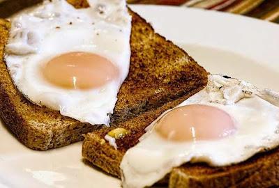 هل البيض يسبب غازات؟