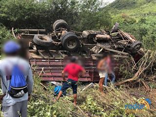 Após estourar caixa de marcha e pneu, caminhão tomba e deixa duas pessoas feridas no interior da PB