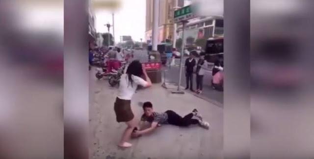 فيديو| شاب يمسك بساق حبيبته حتى لا تتركه ولكن ..!!  ما حدث كان مفاجئا !!
