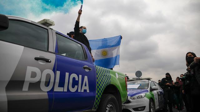 La protesta policial en Argentina eleva la tensión política con patrulleros que rodean la casa presidencial