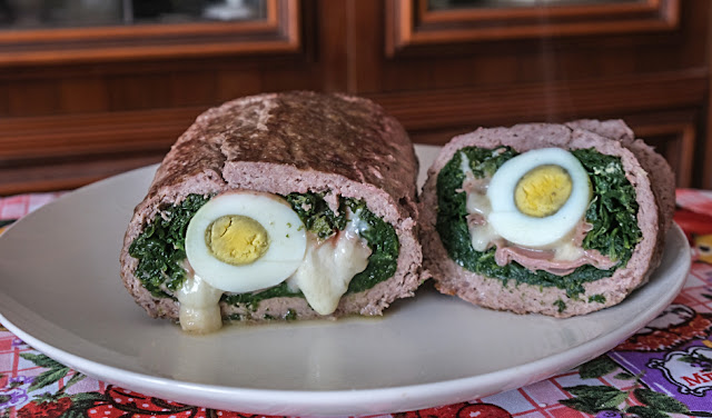 FArcire il polpettone di macinato con uova, mortadella e spinaci