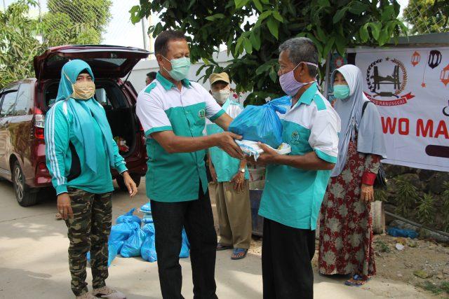 Prihatin Korban PHK, Jowo Manunggal Bagikan 125 Paket Sembako