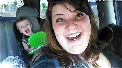 Lachen und weinen - Mama mit Kind im Auto lustig