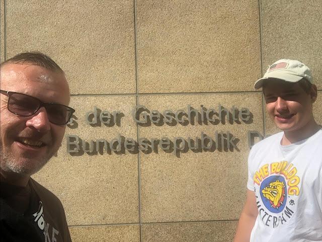 Wir vorm Eingang des Haus der Geschichte der Bundesrepublik in Bonn