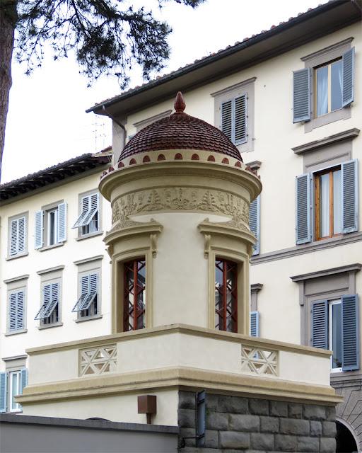Turret on a corner, Via Ventisette Aprile, Via Santa Reparata, Florence