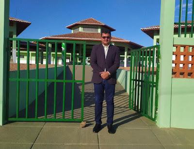 Prefeito Venicio do Ó em frente a uma de suas principais obras no município