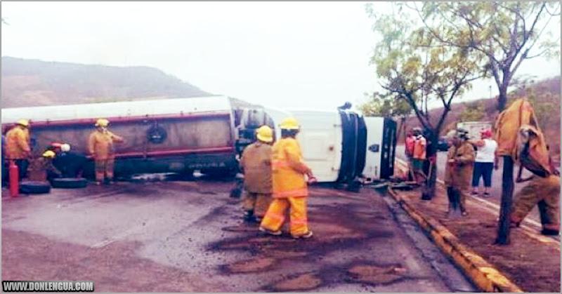 Saquearon una gandola de combustible que se volcó en Puerto la Cruz