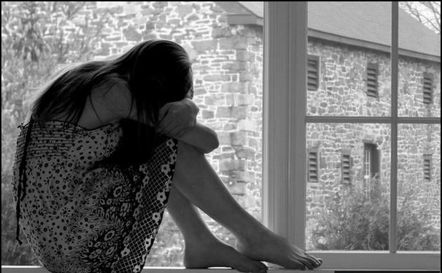 Hình ảnh cô đơn một mình ngồi buồn trống vắng vì yêu