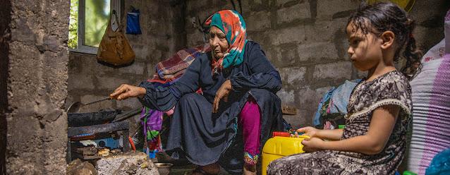 PMA/Al Bara Mansour. Una mujer mayor y su nieta de seis años. La pandemia ha hecho más pobres a los pobres, asegura la Alta Comisionada para los Derechos Humanos, Michelle Bachelet.
