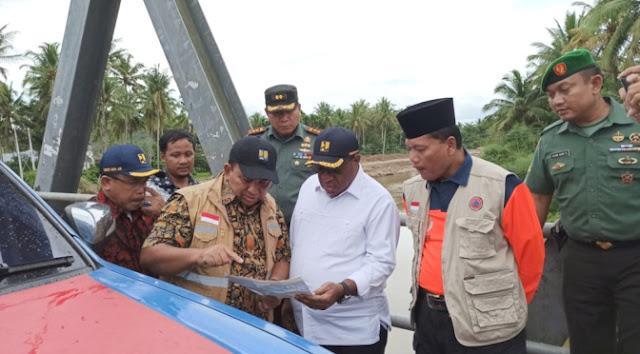 Kepala Balai Wilayah Sungai (BWS) Sumatera V, Maryadi Utama memberikan keterangan kepada Wamen John Wempi Wetipo disaksikan Bupati Limapuluh Kota, Irfendi Arbi dan lainnya