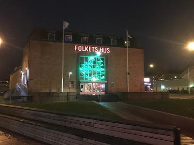 Kvällsbild på Folkets hus i Uddevalla
