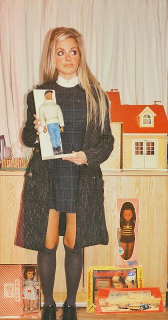 Alejandra Colomera sosteniendo un muñeco Geyperman original de los 70
