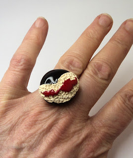 bijou contemporain de la créatrice Pili-Pok à Lyon bague ronde rouge et noir