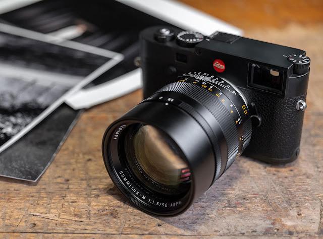 Cámara Leica en ambiente natural con objetivo Summilux-M 90 mm f/1.5