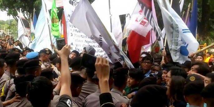 Mahasiswa bentrok dengan polisi di depan Istana