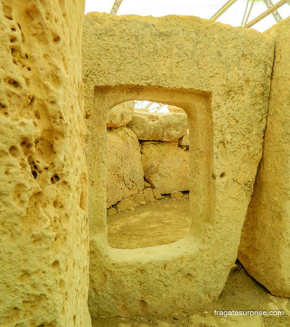 Porta de acesso a uma das câmaras do Templo de Hagar Qim, Malta