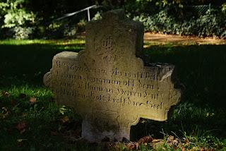 Auf einem der versunkenen Steine ist die alte Schrift noch gut zu erkennen.