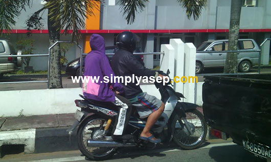DISIPLIN : Bawalah selalu helm untuk keselamatan anda dan juga agar tidk melanggar peraturan lalu lintas. dan siapkan jas hujan. Foto Asep Haryono