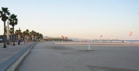 paseo de la playa donde hay alquiler de apartamentos en la Patacona