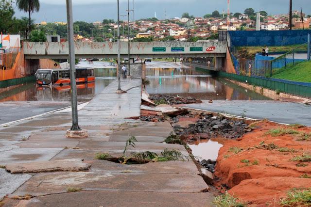 ônibus ilhado em alagamento e avenida nações unidas destruída
