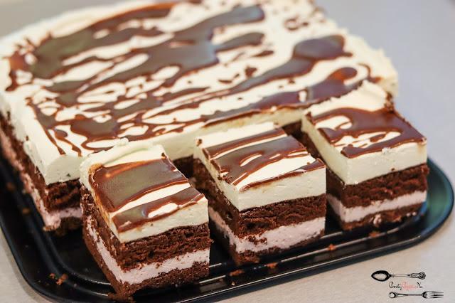 ciasta i desery, ciasto na biszkopcie, ciasto na imprezę, biszkopt rzucany, ciemny biszkopt krem śmietanowy, krem z mascarpone, ciasto z kremem, polewa czekoladowa,