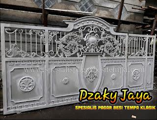 Proses pengecatan pagar besi tempa klasik di Cijantung, Jakarta Timur.