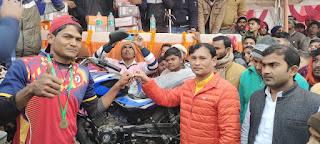 खुराशो की विजयी टीम को मिला बाइक  | #NayaSaberaNetwork
