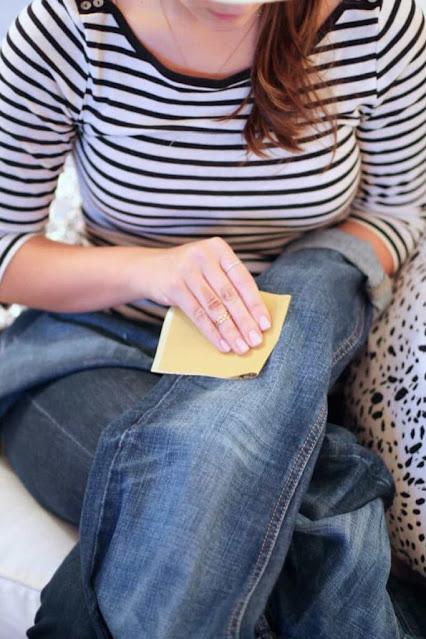 dùng giấy nhám để tạo vết xước quần jean