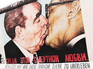 Murales presente sulla Est Side Gallery denominato 'Il Bacio mortale' di Dimitrij Vrubel, che ritrae Erich Honecker e Leonid Breznev mentre si baciano appassionatamente