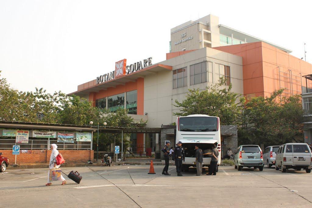 Di dalam mal ini terdapat beberapa tenant ternama seperti Giant  Hypermarket e25a6bf7d8