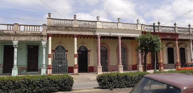 Gut restaurierte Kolonnaden mit schlanken, bunt gefassten Säulen in der Altstadt von Camagüey.