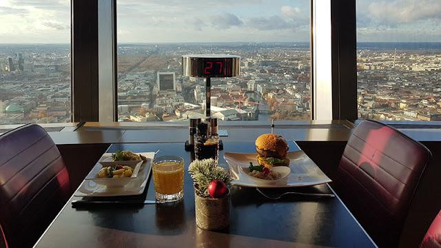 Vista durante o almoço no restaurante de luxo da Torre de TV em Berlim