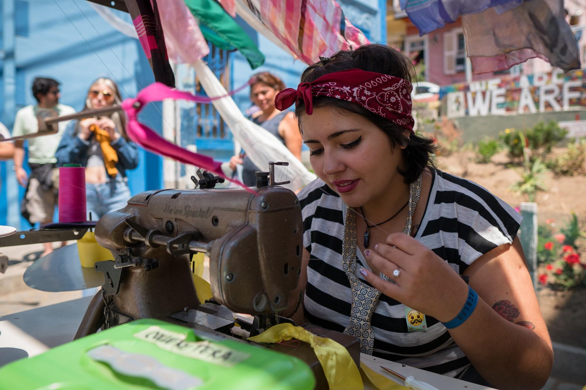 En la foto joven del equipo de Doceña en taller de suprareciclaje en Festival Circular Valparaíso