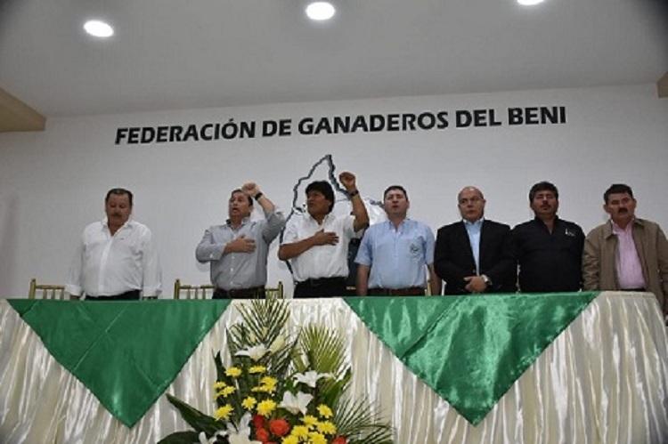Morales dictando el D.S. 3973 en al sede de la Federación de Ganaderos de Beni el 10 de julio / RADIO SPLENDID