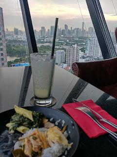 The Continent Hotel Sky Loungen syötävää ja juotavaa