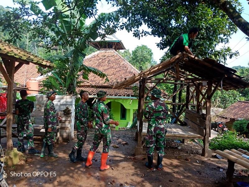Tingkatkan Keamanan Di Wilayah , Satgas TMMD Ke-107 Bangun Pos Kamling