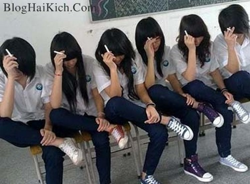 Các nữ sinh ngồi hút thuốc thật bá đạo