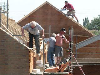Personnes en train de construire une maison.